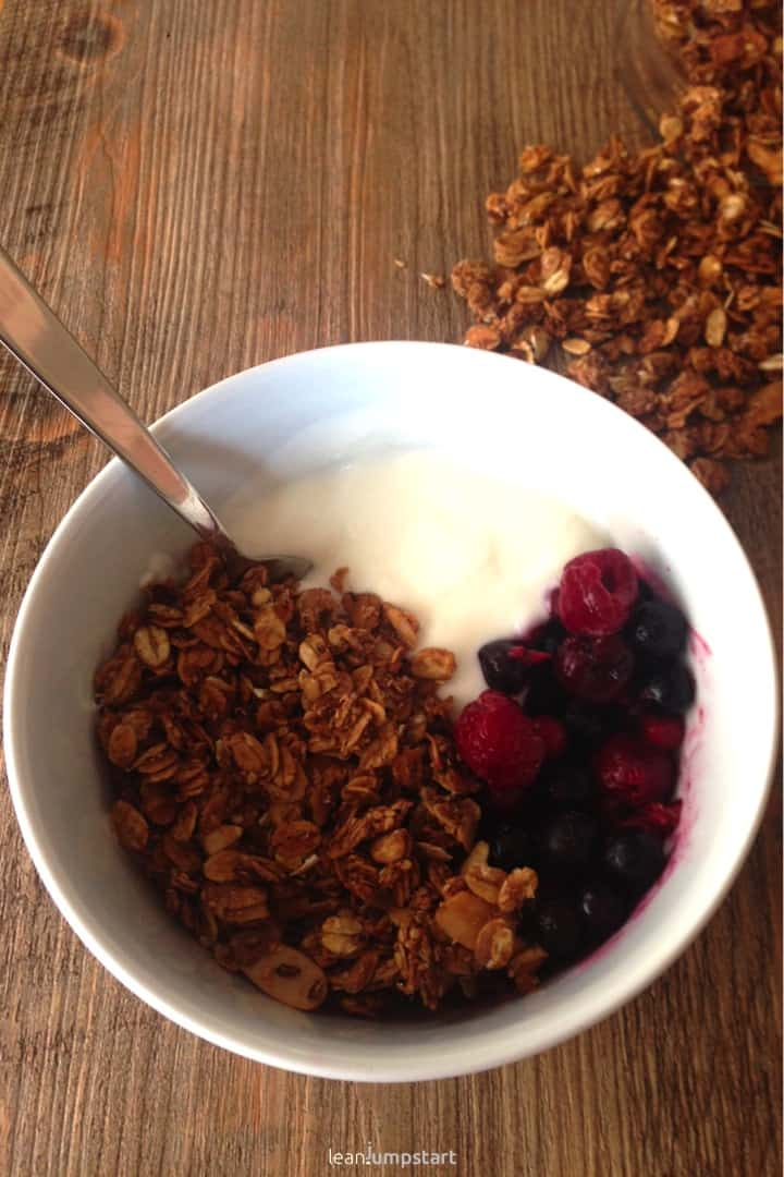 granola with berries and yoghurt
